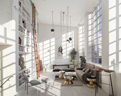 Bibliothèque en symétrie aux baies vitrées et lampe tantaculaire des frères Bouroullec. Un magnifique loft à Londres (Saint Martins Lofts - Darling Associates)