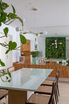 Apartamento pequeno com decoração moderna, decoração branca, integrada, iluminação natural, sala de jantar, jardim vertical.