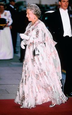 The Queen during the Emir of Kuwait state visit to London, England. God Save The Queen, Hm The Queen, Her Majesty The Queen, Princess Margaret, Princess Diana, Rey George, Royal Fashion, Fashion Looks, Style Fashion