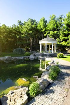 Pavillons müssen nicht unbedingt groß sein. Wenn sie mehr als ein Design-Merkmal funktioniert, bietet dieser kleinen Pavillon eine kleine Schatten-Erholung von der Sonne. Es unterstreicht den Teich mit einer atemberaubenden Struktur zu entspannen und das Wasser genießen.