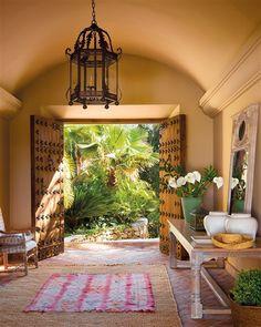 Recibidor con grandes puertas antiguas y lámpara tipo farolillo