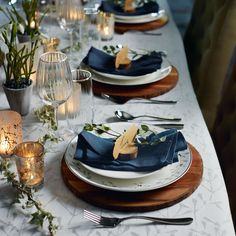 What an elegant Christmas table style this is! The wooden placements work really well, as do the dark blue napkins. Silver Christmas Decorations, Christmas Table Settings, Christmas Dining Table, Classy Christmas, Gold Christmas, Natural Christmas, Xmas, Comment Dresser Une Table, Deco Table Noel