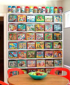 Photo of Lunch Box Collection Display for fans of Lunch Boxes. A nice way to display a lunch box collection. Kitsch, Vintage Metal, Vintage Toys, Vintage Stuff, Vintage Games, Vintage Dishes, Retro Vintage, Lunch Box Thermos, Lunch Bags