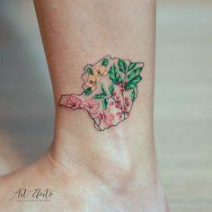 Minas Gerais com um pouquinho de sua flora. Ipê rosa, café e pau ferro. Para Grazielle #flor #flower #minimalist #colortattoo #delicate #delicado #fineline #linhasfinas #tatuagem #tattoo #colorido #small #botanic #botanica #mg #minasgerais