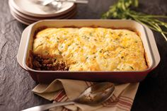Serve up this Cheesy Cornbread Casserole for a delicious blend of chili with cornbread. This beefy, cheesy Cheesy Cornbread Casserole delivers on your favorite flavor combination, and it Cheesy Cornbread, Cornbread Casserole, Beef Casserole, Casserole Recipes, Jiffy Cornbread, Mexican Casserole, Potato Casserole, Beef Dishes, Food Dishes