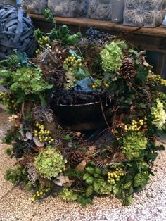 Blooms and greens Swag Pics, Xmas Flowers, How To Make Wreaths, Eating Well, Woodland, Garland, Christmas Wreaths, Seasons, Crowns