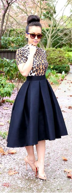 black midi skirt lovee this outfit! Look Fashion, Womens Fashion, Fashion Trends, Fashion Black, Trendy Fashion, Fashion News, Black Midi Skirt, Navy Skirt Outfit, Look Chic