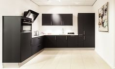 Mat zwarte hoekkeuken Kitchen Cabinets, Decor, House, Kitchen, Home, Cabinet, Home Decor