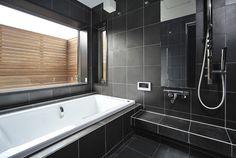 大きな窓から外の景色を楽しむ浴室