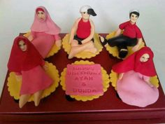 HONEY CAKES: Cupcakes For Puput's Parents
