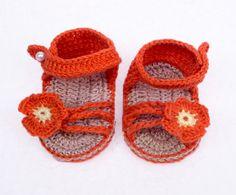 Sandalinha em crochê, produto artesanal confeccionado com linha 100% algodão. Cores e tamanho entrar em contato com a vendedora.  Foto ilustrativa.