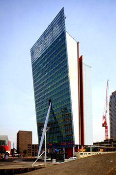 Rotterdam - Toren op Zuid is een kantoorgebouw van KPN (Wilhelminaplein op de Kop van Zuid). Gereed 2000, hoogte 96,5 meter en 23 verdiepingen. Was hiermee het eerste hoge gebouw.