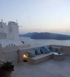 Greece Travel Inspiration - the Greek Islands are a bucket list destination for a good reason & Santorini is so dreamy! Oia is the perfect spot for watching the famous Santorini sunset and I have the perfect hotel for you if you love sunsets; click to read more about this accommodation for your next vacation.