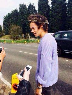 Harry Styles, one of the only people who can pull off a lilac oversized sweater and headband. Beautiful Men, Beautiful People, Hey Gorgeous, Looks Instagram, Bae, Max Schneider, Treat People With Kindness, Purple Sweater, Harry Edward Styles