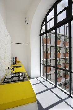 White and yellow kitchen design. Elegant and modern. Style At Home, Home Design, Design Hotel, Design Interiors, Floor Design, Kitchen Interior, Kitchen Design, Loft Kitchen, Narrow Kitchen