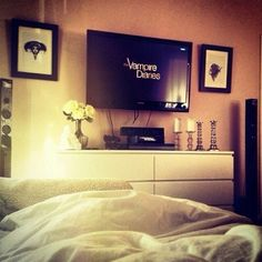 Cosy bedroom tv layout