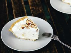 An easy pie made with a no-cook whipped cream filling and slices of banana and toasted almond for texture. Chocolate Pie With Pudding, Chocolate Pies, Easy Banana Cream Pie, Baking Recipes, Dessert Recipes, Saveur Recipes, Fall Desserts, Bean Pie, Summer Pie