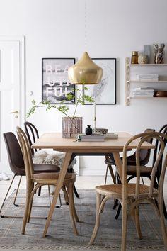 Tyylikäs ruokapöytä vahakäsiteltyä tammea/tammiviilua. Pintaa ei tarvitse…