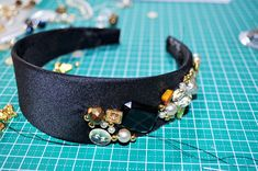 DIY fashion tutorial that are fabulous! Jeweled Headband, Pearl Headband, Diy Headband, Beaded Headbands, Headband Tutorial, Diy Tutorial, Diy Tiara, Marriage Jewellery, Diy Hair Accessories