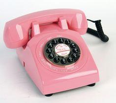 de persoon die je verder hielp aan de telefoon heeft natuurlijk niet op elke vraag en antwoord. dan moet ze een collega vragen. dat gaat tegenwoordig via televergaderen. met een paar webcams erbij.