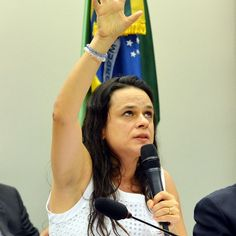Janaína Paschoal dirá a senadores que eles podem ir além do relatório produzido na Câmara Uma das autoras do pedido do impeachment de Dilma, a advogada afirma haver outros pontos que merecem atenção NONATO VIEGAS 27/04/2016 http://epoca.globo.com/tempo/expresso/noticia/2016/04/janaina-paschoal-dira-senadores-que-eles-podem-ir-alem-do-relatorio-produzido-na-camara.html