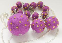 """I braccialetti """"Piselli"""", e anche la collana e gli orecchini, color lilia. Tutte le palline di lana cotta fatto a mano!"""