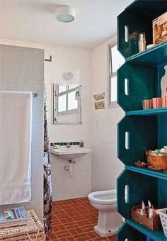 Esse armário com caixas de feira otimizou o espaço do banheiro.