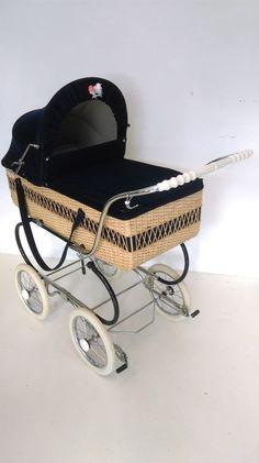 PERRY PRAM carrozzina vintage anni 70 vimini e velluto as inglesina giordani Best Baby Strollers, Vintage Pram, Prams And Pushchairs, Baby Buggy, Pram Stroller, Baby Prams, Baby Carriage, Bugaboo, Baby Gear