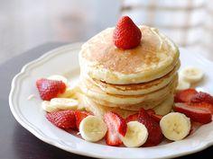 strawberry banana pancakes-- anyone standing between myself and these, is at risk of bodily injury! Cute Food, I Love Food, Easy Banana Pancake Recipe, Banana Pancakes, Fruit Pancakes, Oatmeal Pancakes, Banana Breakfast, Vegan Pancakes, Fluffy Pancakes
