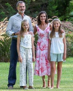 King Felipe VI of Spain with his wife Queen Letizia and their 2 daughters, The Crown Princess Leonor The Princess of Asturias and Infanta Sofia Style Royal, Royal Families Of Europe, Spanish Royalty, Spanish Royal Family, Royal Queen, Pink Floral Dress, Floral Dresses, Queen Letizia, Summer Photos
