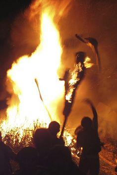 La màgia del foc .- Vista nocturna de participants a les falles de Taull