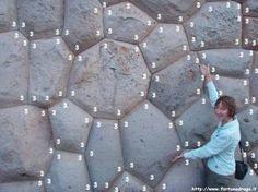"""Mura Poligonali in Tarawasi (Perù) realizzate come le lamine saponose, rispettando il """"minimo energia""""."""