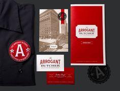 The Arrogant Butcher est un restaurant de Phoenix, en Arizona qui est doté d'un branding qui mélange savamment modernité et style ancien.
