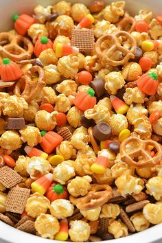 This scarecrow crunch snack mix is SO EASY to make and tastes so good! This is such an awesome kid friendly Halloween snack recipe. It would also make an awesome Thanksgiving treat! Loaded with the perfect mix of salty and sweet treats, this Halloween Desserts, Hallowen Food, Halloween Food For Party, Easy Halloween, Halloween Treats, Healthy Halloween Snacks, Halloween Appetizers, Christmas Desserts, Halloween Makeup