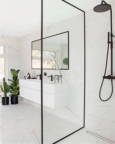 Sjekk ut dette stilige badet akkurat dette er veldig i vinden om dagen - det matte sorte som møter det lyse hvite og med marmor som prikken over i'en. Virkelig flott @lisevalo De sorte blandebatteriene er fra Tapwell de kan du bestille hos oss #rørkjøp