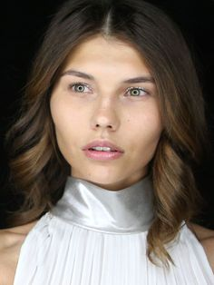 Metallic-Augen-Make-up mit Glitzer-Lidstrich bei der Show von Riani während der Fashion Week Berlin