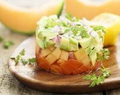 Tartare de saumon, avocat et melon : http://www.cuisineaz.com/recettes/tartare-de-saumon-avocat-et-melon-79789.aspx