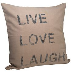 """Mit dieser angesagten Kissenhülle von Madam Stoltz verschönern Sie ihr Heim im Handumdrehen. Der Kissenbezug mit Reißverschluss wirkt frisch und modern. Wählen Sie zwischen den Varianten """"Stern"""" und Schriftzug """"Live Love Laugh"""". Aber auch im Doppelpack machen sich die Kissen super auf jeder Couch."""