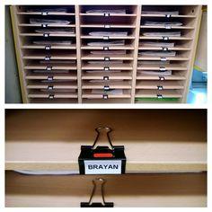 Pour ne plus se battre avec les étiquettes collées sur le meuble, propre , déplaçable, si un élève est radié ...