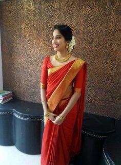Makeup Wedding Gold Simple 52 Ideas For 2019 Kerala Bride, South Indian Bride, Indian Bridal, Kerala Engagement Dress, Engagement Saree, Bridal Silk Saree, Saree Wedding, Wedding Gold, Wedding Attire