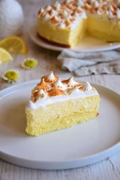 "Lemon meringue cloud cake- Gâteau nuage citron meringué Hello everyone ! I believe that cloud cakes will become my ""dada""! Sweet Recipes, Cake Recipes, Dessert Recipes, Dessert Healthy, Gateau Cake, Cloud Cake, Low Calorie Desserts, Meringue Pie, Cooking Chef"