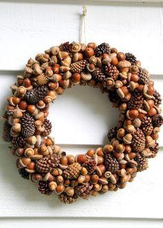 Kastanien und Nüsse kann man momentan überall sammeln. Wenn ihr also eure Tür mit einem schönen Herbstkranz dekorieren möchtet, nehmt die Inspiration einfach aus diesem Post. Ihr könnt euch einen Kranz nur aus Kastanien basteln oder diese mit Nüssen kombinieren.