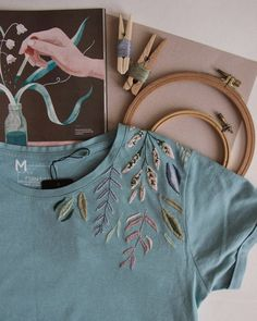 Handstickerei T-Shirt - Hand Embroidery Stitches Simple Embroidery Designs, Embroidery Flowers Pattern, Hand Embroidery Stitches, Hand Stitching, Knitting Stitches, Embroidery On Clothes, Vintage Embroidery, Embroidery Art, T Shirt Embroidery