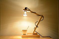 Ekinox est une lampe en bois clair, de style sobre et minimaliste. Elle peut être posée sur un bureau ou un chevet. Dans sa version orientable,
