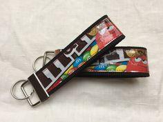 Blitzschnell sind diese tollen Schlüsselanhänger genäht. :) Für einen Schlüsselanhänger benötigt man: Schlüsselanhänger-Rohling 30mm 22cm Gurtband mit 30mm Breite 22x4cm selbstklebende durchsichtige Folie, z.B. Buchfolie gewün