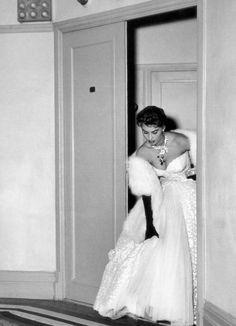 Sophia Loren saindo do quarto no Carlton Hotel, Cannes, 1954 Marlene Dietrich, Brigitte Bardot, Old Hollywood Glamour, Classic Hollywood, Vintage Hollywood, Divas, Sophia Loren Images, Old Movie Stars, Classic Actresses