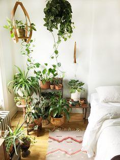 Hippie-To-Inspire/ bedroom plants decor, plants for the bedroom, plant deco Bedroom Plants Decor, House Plants Decor, Plant Decor, Hippy Room, Small Bedroom Designs, Room With Plants, Deco Design, Design Design, Modern Bedroom