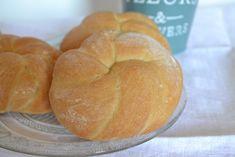 J'aime beaucoup le façonnage de ces petits pains , Ils sont aussi appelé pain kaiser, il vient d'Autriche. En tout cas ils sont tout moelleux et jolis !I La recette vient de mon livre sur les Pains du Monde ! 520 g de farine 1 sachet de levure de boulangerie...