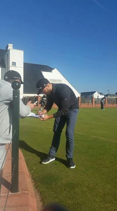 Jamie signing autographs for his fans today at DunhillLinks. Beautiful and good what is he.