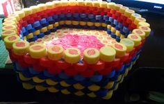 De Todo, Un Poco .: Papelera de tapas recicladas de plástico Plastic Bottle Caps, Bottle Cap Art, 100 Diy Crafts, Birthday Candles, Birthday Cake, Bottle Crafts, Recycled Materials, Recycling, Projects To Try